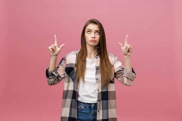 Weibliches zeigen des porträts mit dem finger mit kopienraum für text oder produkt