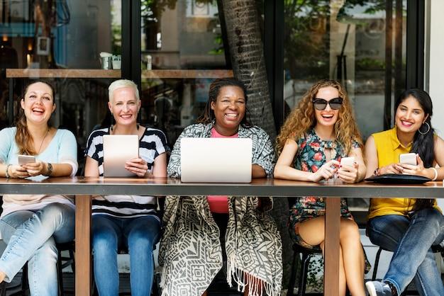 Weiblichkeits-bonding-brunch-café-beiläufiges sozialisieren konzept