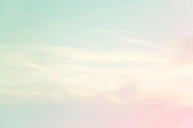 Weich bewölkt ist steigungspastell, abstrakter himmelhintergrund in der süßen farbe.
