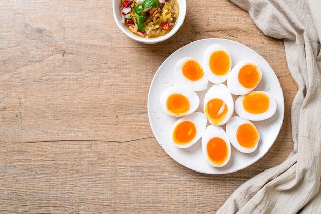 Weich gekochte eier würziger salat