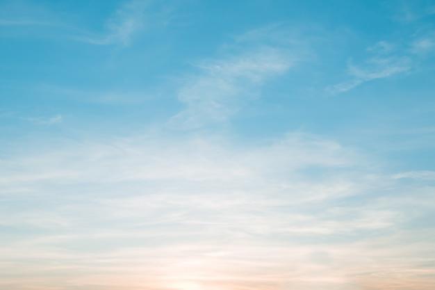 Weiche bewölkt ist steigungspastell, abstrakter himmelhintergrund in der süßen farbe.
