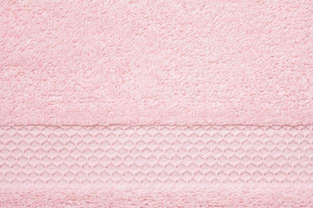 Weiche, flauschige rosa handtuch textur. hotel, badekurort, bequemes badezimmerkonzept