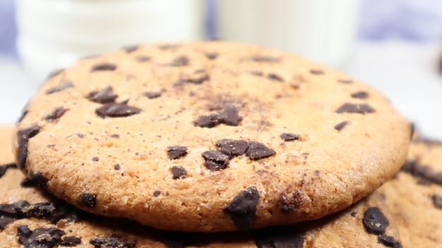 Weiche, frisch gebackene schokoladenkekse auf einer küchenarbeitsplatte aus grauem marmor. amerikanisches traditionelles süßes gebäck, köstliches hausgemachtes dessert. kulinarische hintergründe. nahaufnahme