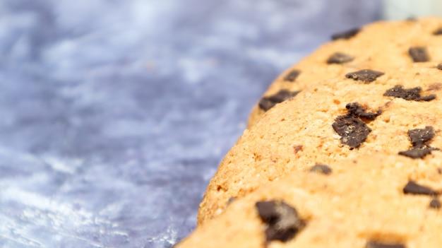 Weiche, frisch gebackene schokoladenkekse auf einer küchenarbeitsplatte aus grauem marmor. amerikanisches traditionelles süßes gebäck, köstliches hausgemachtes dessert. kulinarische hintergründe. platz kopieren