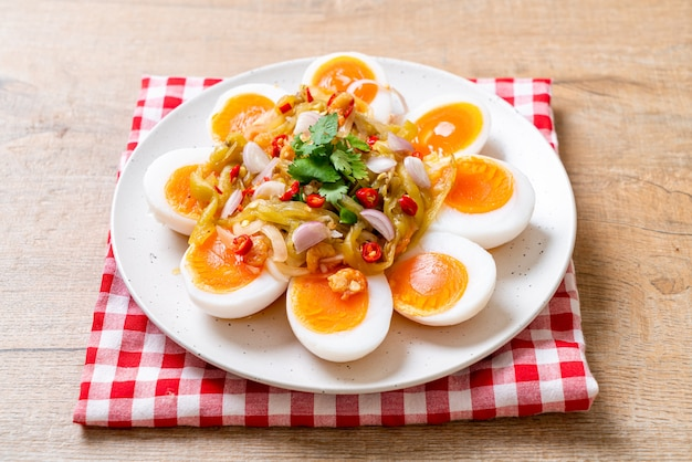 Weiche gekochte eier würziger salat