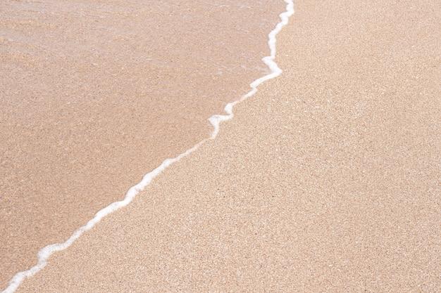 Weiche schöne meereswelle am sandstrand. hintergrundbeschaffenheit. nasser sandstrand