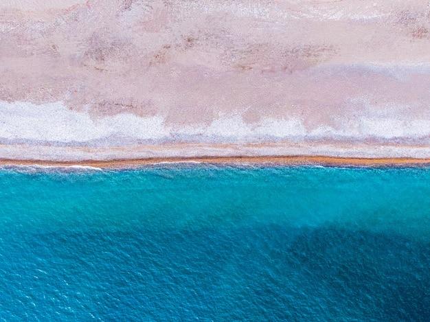 Weiche welle des blauen ozeans am sandstrand