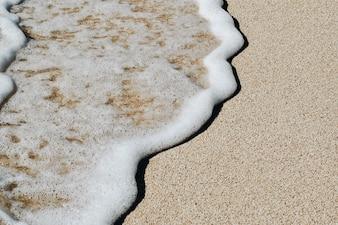 Weiche Welle des blauen Ozeans auf Sandy Beach. Hintergrund.