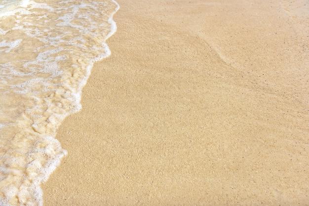 Weiche welle des ozeans auf sandstrand. leeres tropisches meer und sandhintergrund.