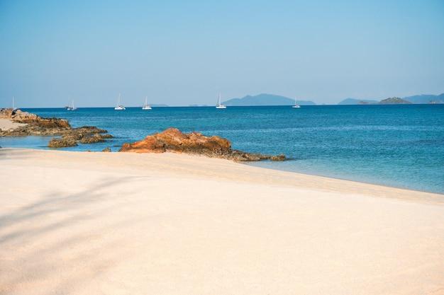 Weiche welle läppte den sandigen strand koh lipe beach thailand