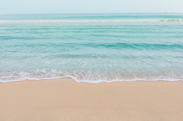 Weiche welle von meer am leeren sandstrand hintergrund mit textfreiraum
