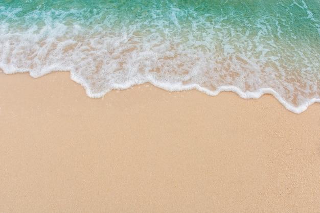 Weiche welle von meer auf leerem sandigem strand