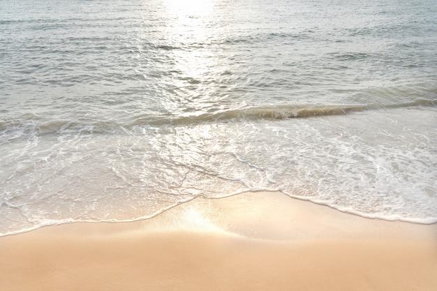 Weiche welle von ozean auf sandigem strand leerer tropischer see- und sandhintergrund.