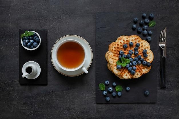 Weiche wiener waffeln mit blaubeeren und schokoladensauce