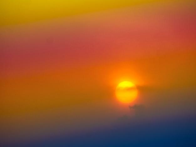 Weichen nebelschirm des unschärfes sonnenunterganghintergrundes