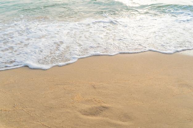 Weichen sie sanft am strand sonnenuntergang