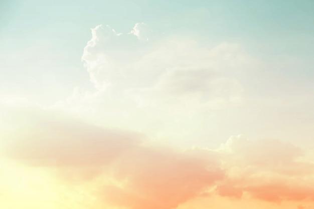 Weicher bewölkter abstrakter himmelhintergrund in der süßen farbe.