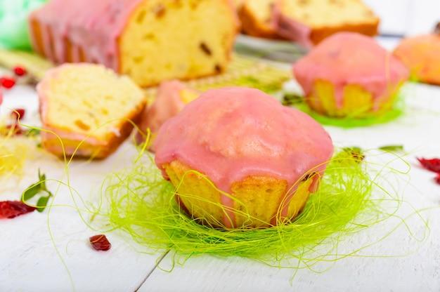 Weicher festlicher obstkuchen mit rosinen und getrockneten preiselbeeren, dekoriert mit zuckerglasur