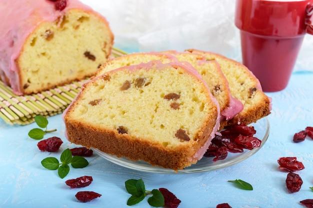 Weicher festlicher obstkuchen mit rosinen und getrockneten preiselbeeren