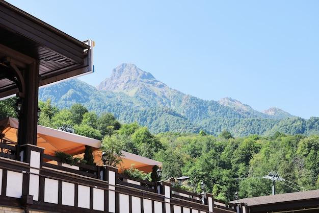 Weicher fokus der berge und gebäude für tourismus und freizeit im vordergrund, am sonnigen sommertag