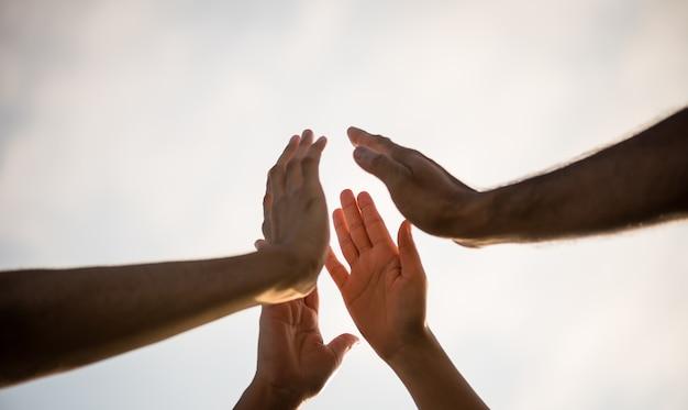 Weicher fokus von menschen, die einen fauststoß geben, der einheit und teamwork zeigt