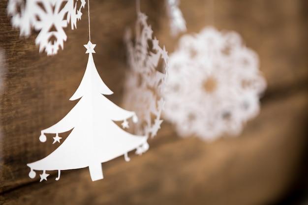 Weicher fokus weihnachtsschmuck schneeflocke, weihnachtsbaum papier
