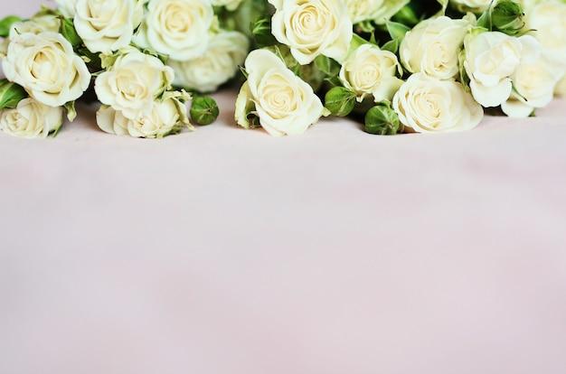 Weicher rosa hintergrund mit kleinen weißen rosen für tapeten- und feiertagskarten