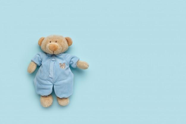 Weicher teddybär betreffen einen pastelltürkishintergrund. kinderschutzkonzept.