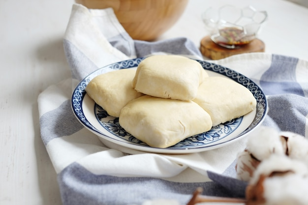 Weicher weißer roher tofu auf der keramikplatte mit stoff