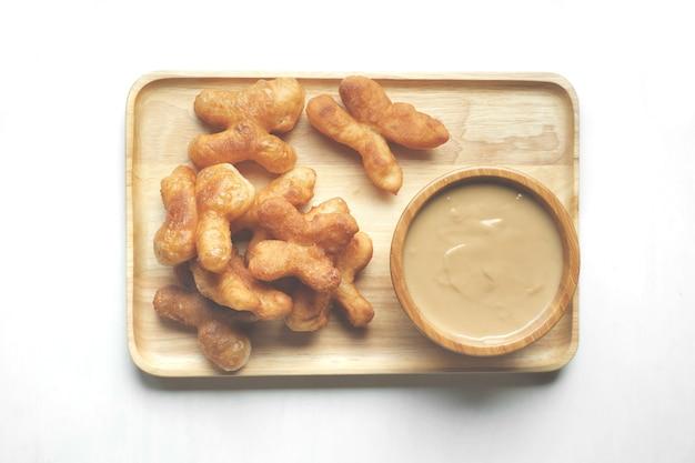 Weichzeichner von youtiao oder cakwe mit milchteepudding