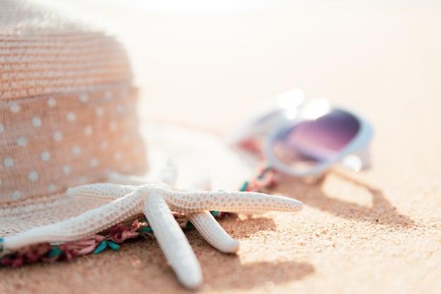 Weichzeichnung auf starfish, strandzubehör auf hintergrund des sandigen strandes für sommer
