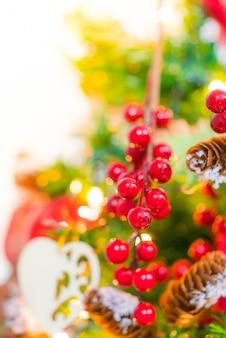 Weichzeichnung des weihnachtsbaums und der dekorationen