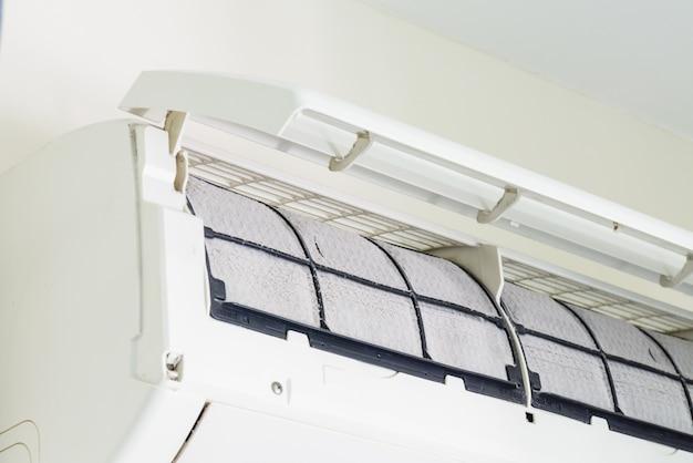 Weichzeichnung von staub auf filter der schmutzigen klimaanlage