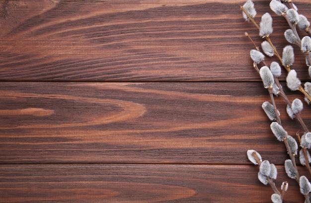 Weidenkätzchen auf einem braunen hölzernen hintergrund mit kopienraum, ostern
