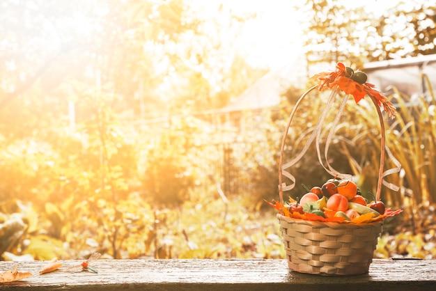Weidenkorb auf der terrasse