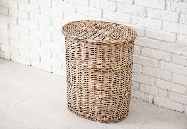 Weidenkorb für wäsche im badezimmer