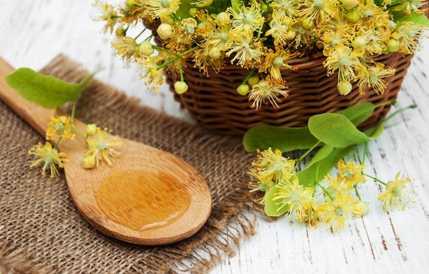 Weidenkorb mit kalkblumen auf einer tabelle