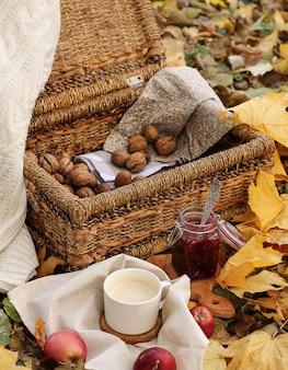 Weidenkorb mit nüssen und einem tasse kaffee