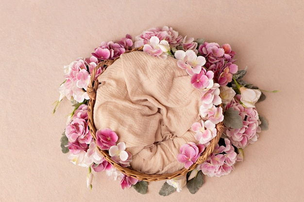 Weidenkorb mit sommerrosa hortensienblüten. draufsicht