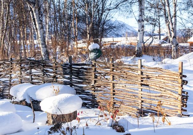 Weidenzaun aus zweigen im winter