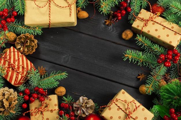Weihnachten aus holz mit weihnachtsdekoration