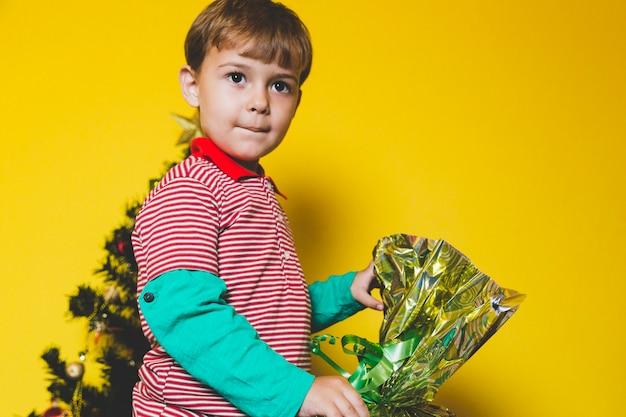 Weihnachten concepto mit dem kind, das blumen hält