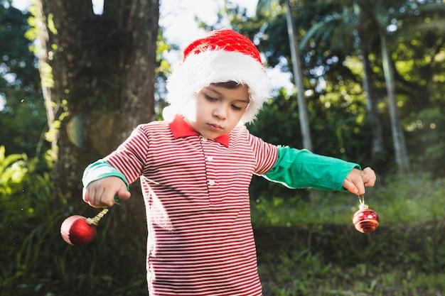 Weihnachten concepto mit dem kind, das draußen spielt