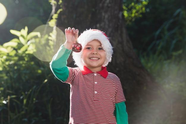 Weihnachten concepto mit glücklichem jungen draußen