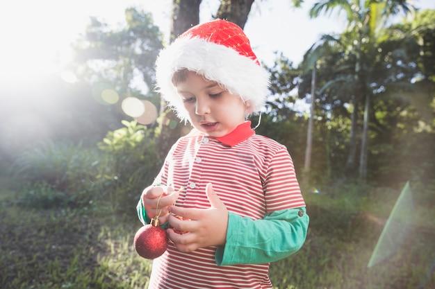 Weihnachten concepto mit kind in der natur