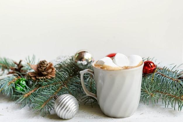 Weihnachten, dekoration des neuen jahres und tasse kaffee auf weiß. kopieren sie platz. feier winterkarte