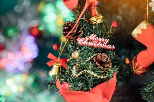 Weihnachten der defokussierten lichter mit geschmücktem baum