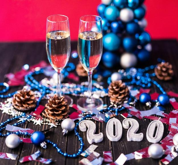 Weihnachten, festliche stimmung: glas champagner und neujahrsdekoration 2020