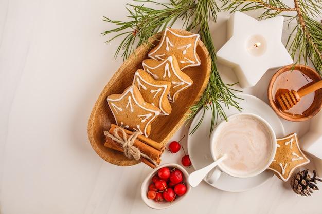 Weihnachten flach liegen. weihnachtsgedeck mit ingwerplätzchen und -kakao, draufsicht. weihnachtshintergrundkonzept.