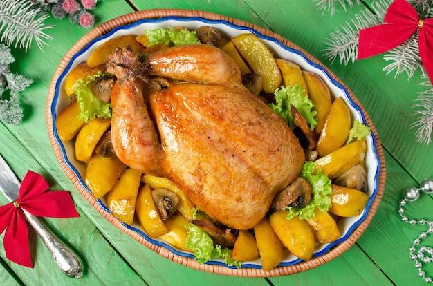 Weihnachten ganzes brathähnchen gefüllt mit champignons und gebacken mit kartoffeln und champignons